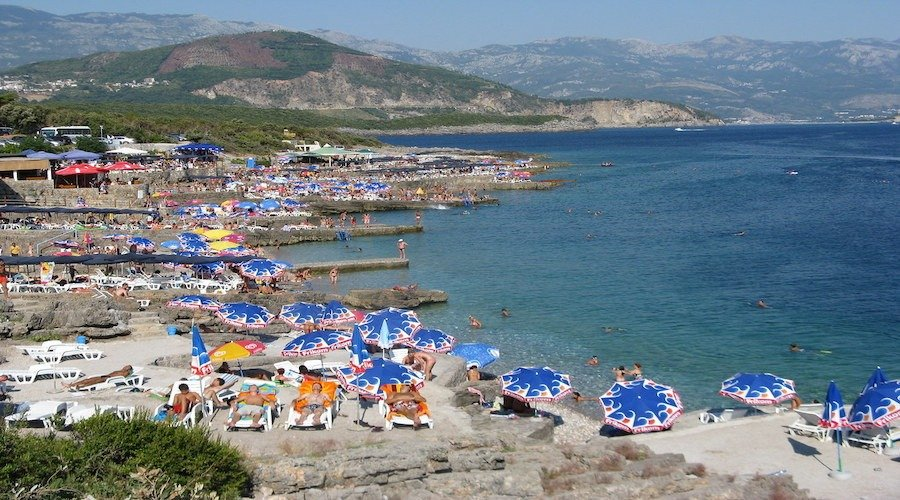 Ploce beach filled with people and sun beds