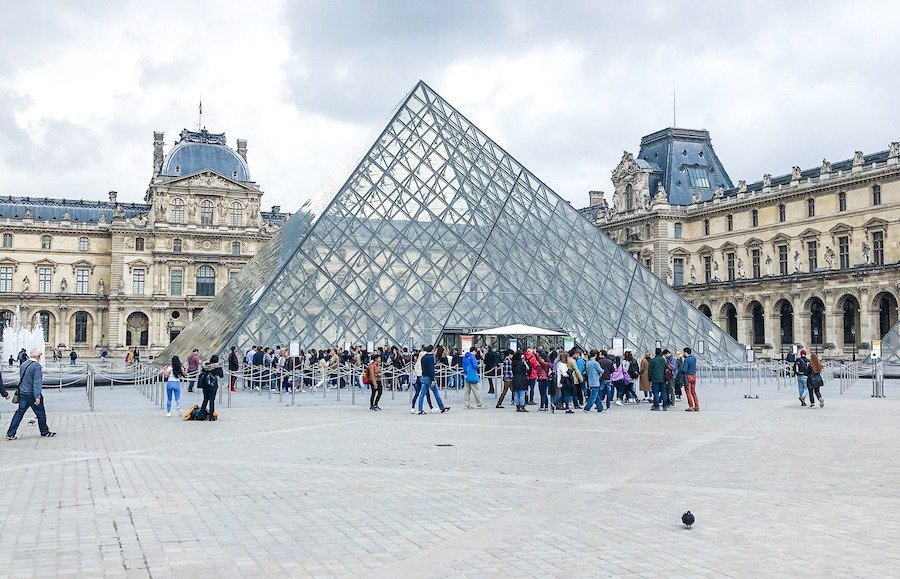 The glass pyramid of the Lourve to view in one weekend in Paris
