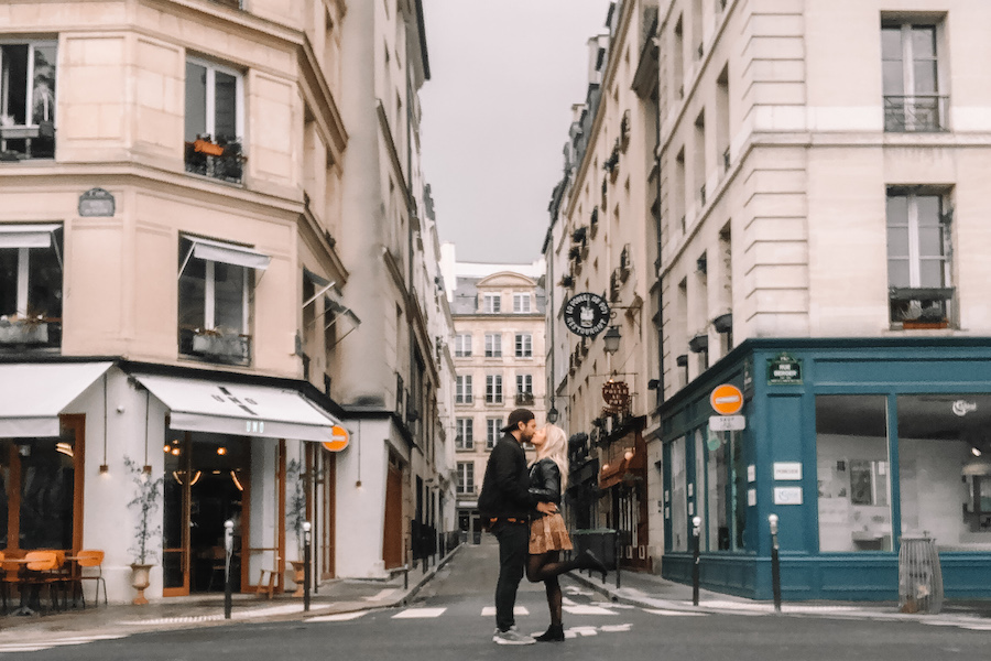 Two people kissing in the streets of Paris